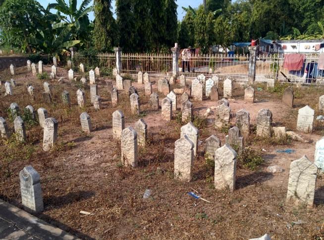 モスク裏手の墓地