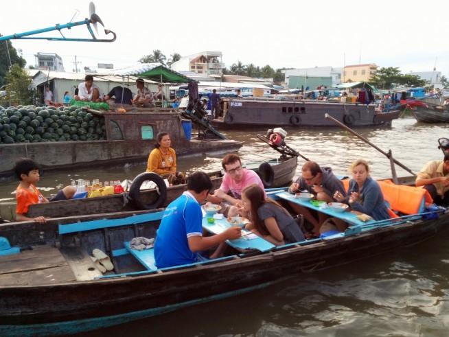 船上でフォーを食べる観光客
