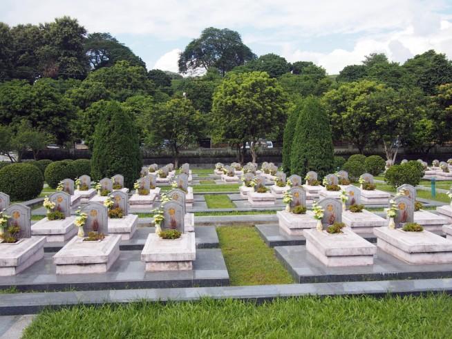 烈士墓地に並ぶ墓