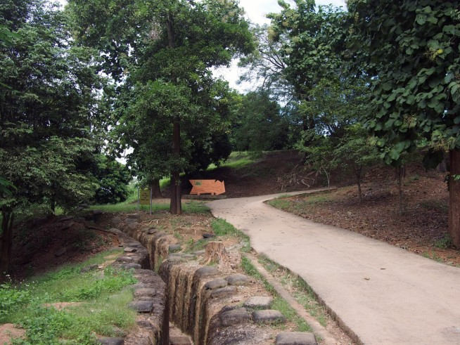 丘には兵士が隠れた溝が今も残る