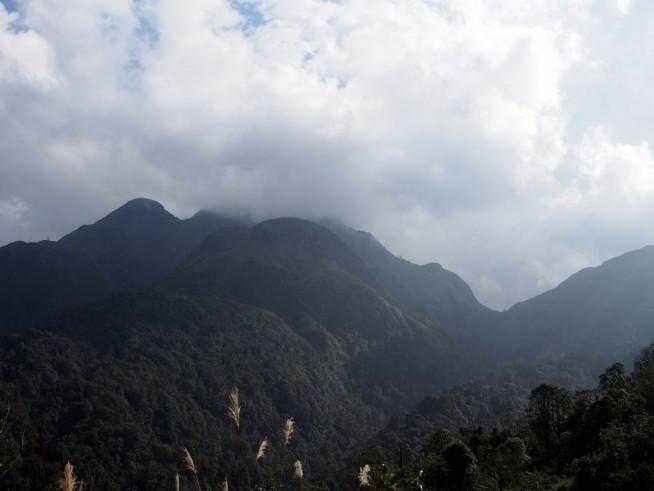峠から望むベトナム最高峰ファンシーパン山