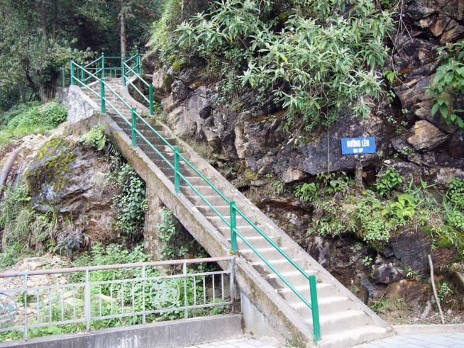 急な階段を登ります