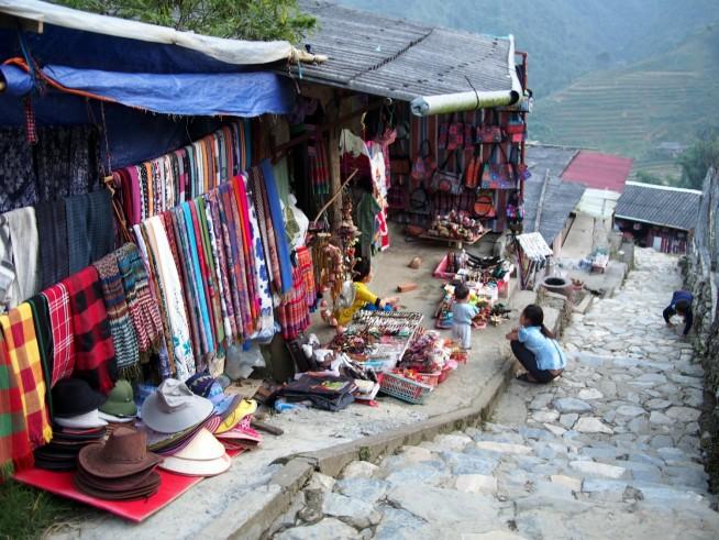 村の道には土産店が並ぶ