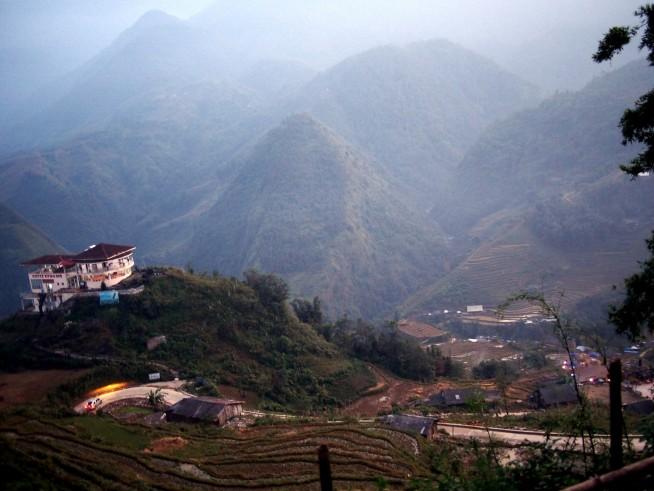 小さな山の上にあるカフェ