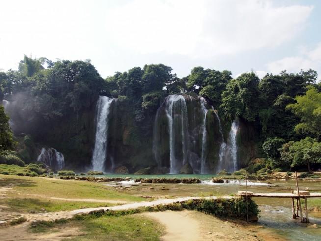 左側にある滝の支流