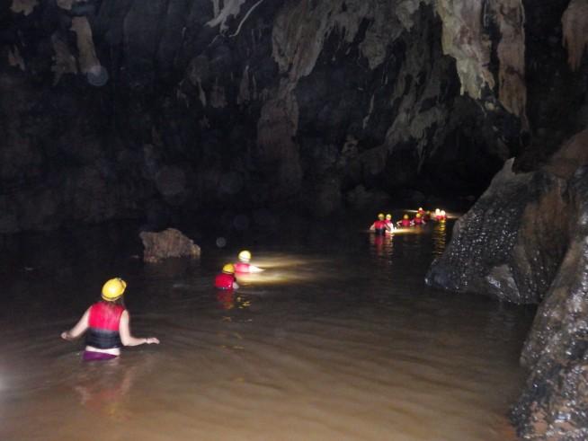 水に浸かりながら洞窟内を進む