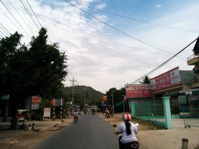 チトン(Tri Ton)町を出発
