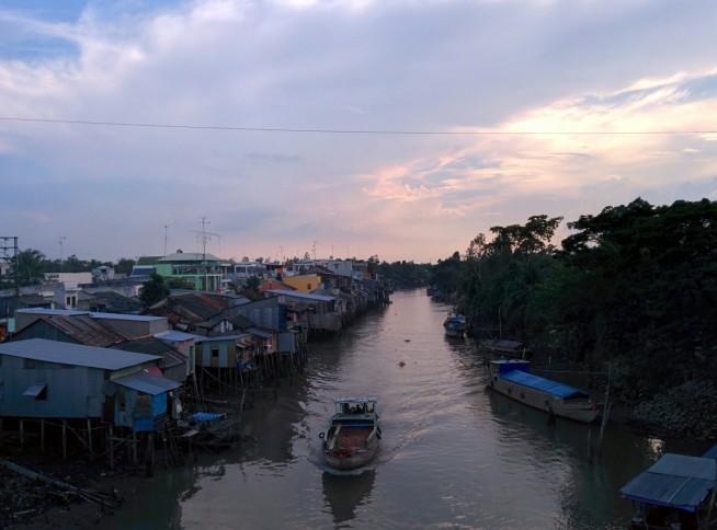 水上生活者の家が並ぶ川