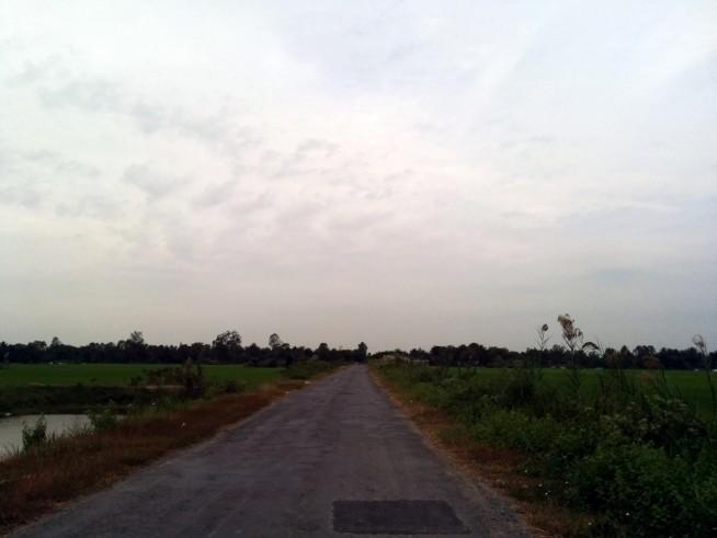 国道からそれて田んぼの中を進む