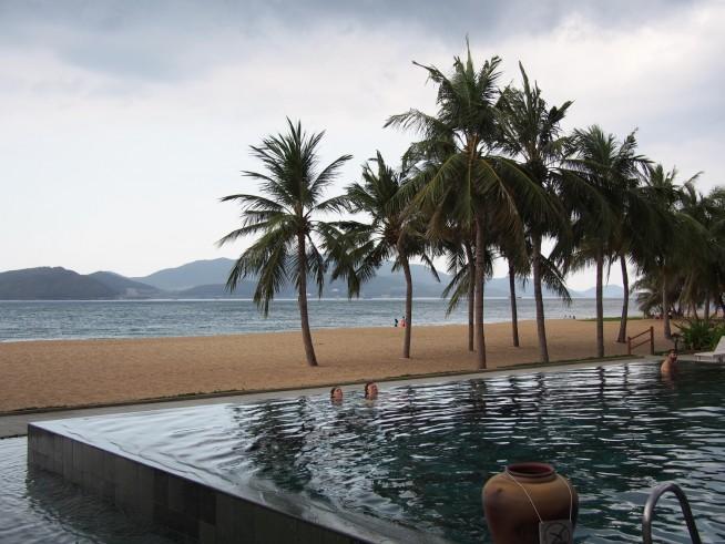 プールの先にはビーチが広がります