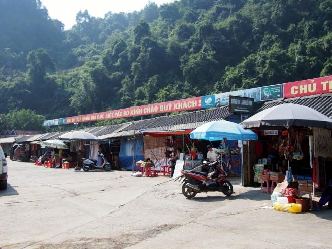 土産店が並ぶ駐車場