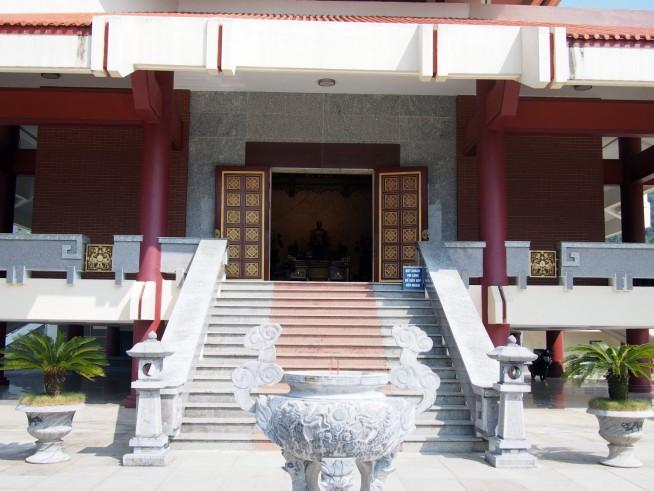 新しく立派なお寺です