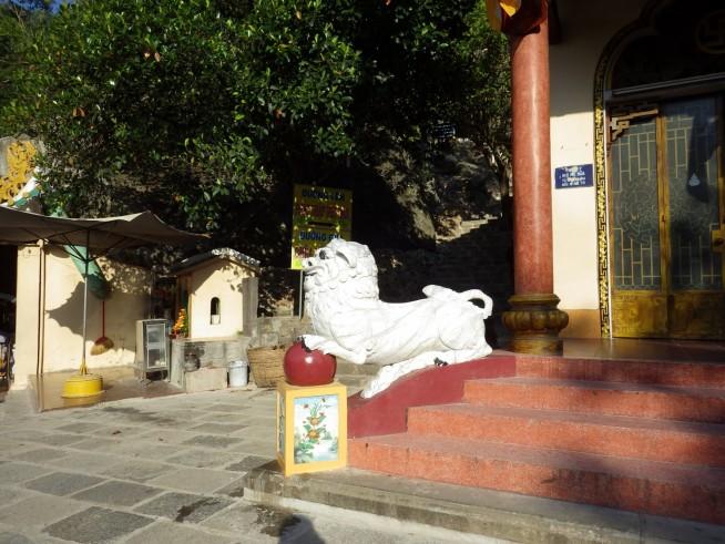 本堂に向かって左側の白い獅子像