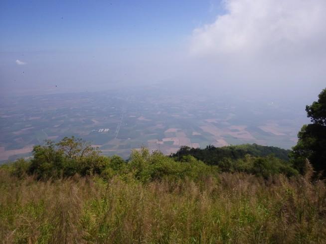 山頂付近からの眺め 遠くにヤウティエン湖が見える
