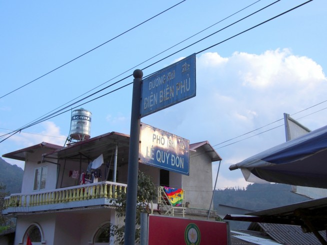 ドゥンとフォーが両方使われているサパの交差点