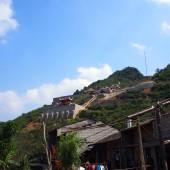 バンゾックの滝を見下ろす大きなお寺「ファットティッチトゥックラムバンゾック寺」