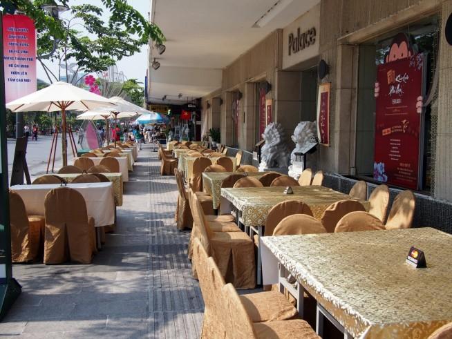 ホテルも路上にカフェを広げています