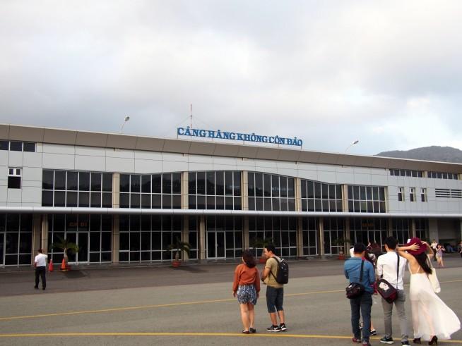 コンダオ空港のターミナルへ