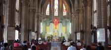 小高い丘の上にあるステンドグラスの美しいニャチャン大聖堂