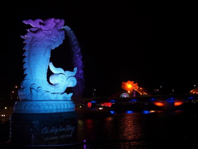 ドラゴンブリッジを見る鯉の滝登り像