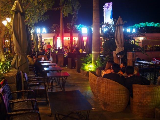 道路沿いに並ぶカフェの客席