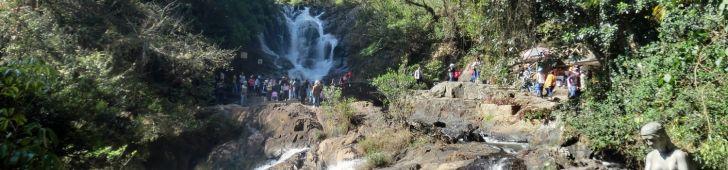 ダラットの郊外にあるダタンラの滝は2人乗りコースターとロープウェイで気軽に訪れることのできる大自然