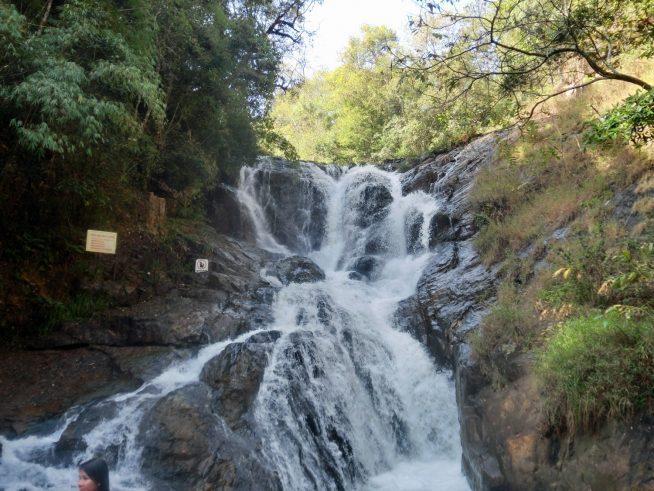 流れの激しい滝です