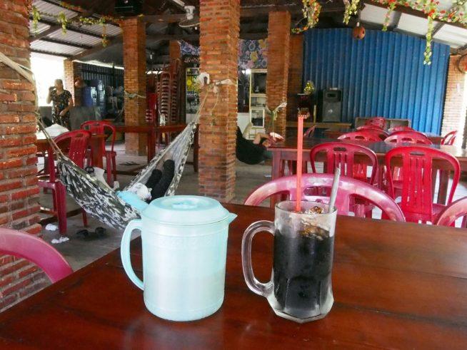 ローカルカフェでコーヒーブレイク