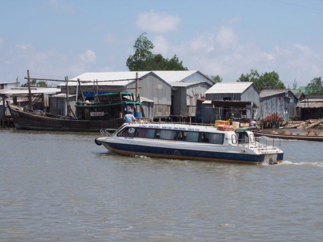 ダットムイ村を通過するスピードボート