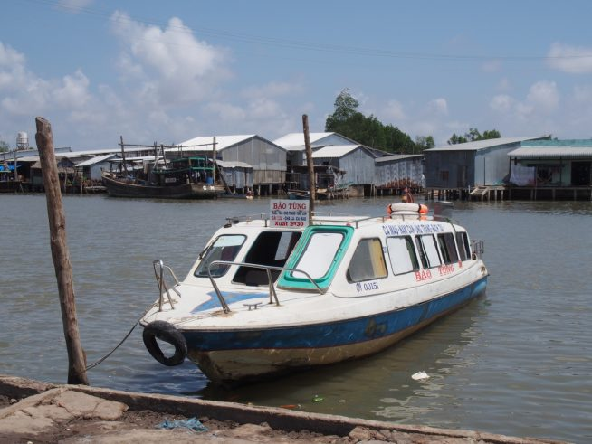 ダットムイ村の船着場