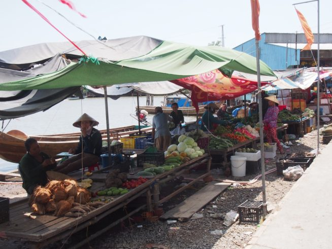 船着場の横にある路上市場