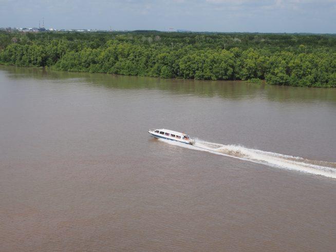 川を疾走するスピードボート