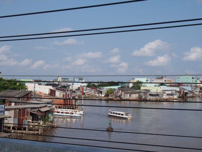 カマウ市に到着するスピードボート