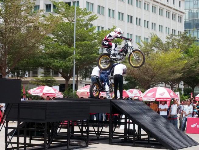 バイクを飛び越えるジャンプ