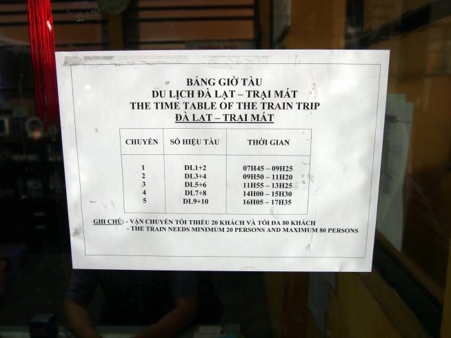 駅に掲示された時刻表