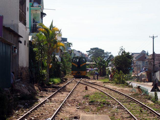 機関車を前後入れ替え