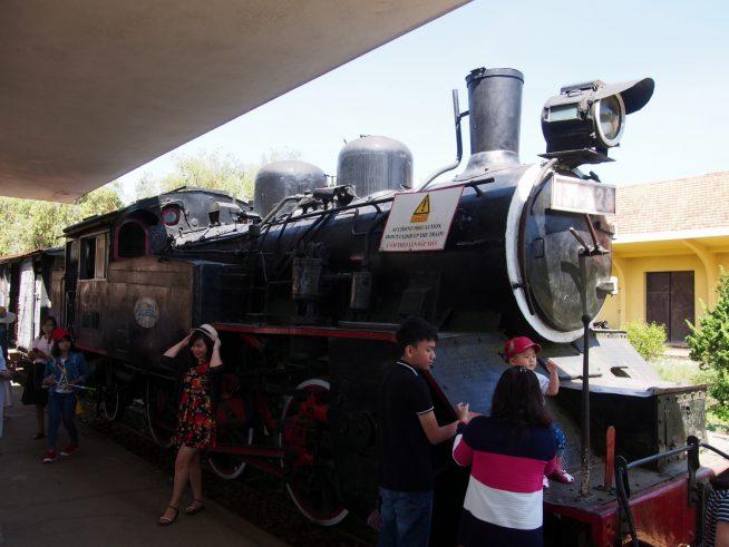 駅に停めてあるSLは「国鉄C12形蒸気機関車」という日本製