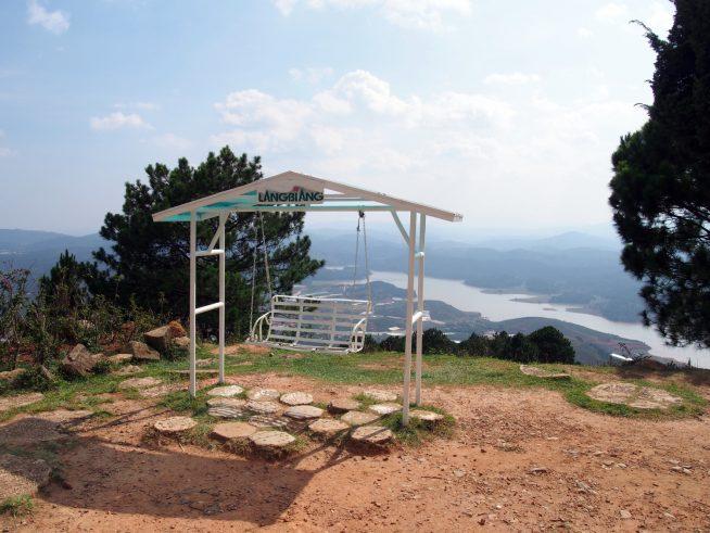 高原リゾートらしいブランコ椅子