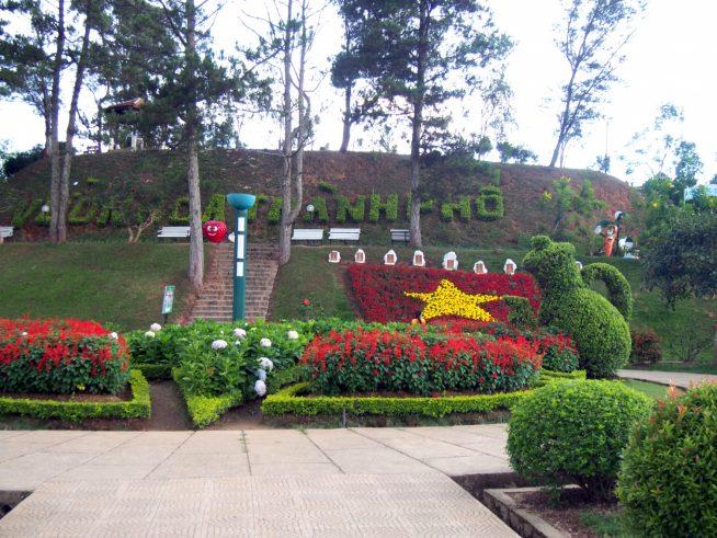 ベトナムの国旗の形をした花壇