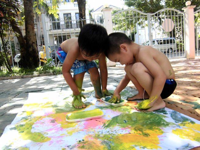 遊びの中でいろいろな素材や描画材に触れられるようにしています。 絵の具の感触、自由に描く楽しさを感じられるようにしています。