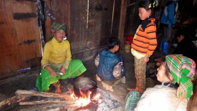 モン族の家の中 土間で直接煮炊きしている