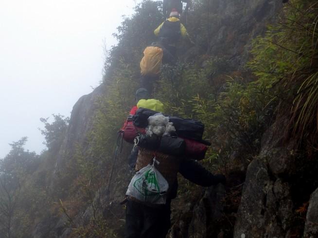 手前はモン族のポーター 奥の4人は登山客