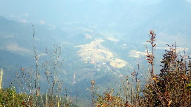 山の上から見たモン族の村 丸い棚田が見える