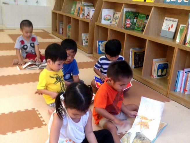 数百冊の日本の絵本もあります
