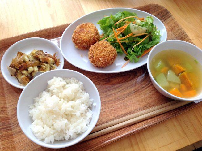安全で美味しい給食をみんなで楽しく食べることを大切に。 オーガニックの野菜を中心とした給食。 日本食だけでなく多国籍の料理をメニューに取り入れています。