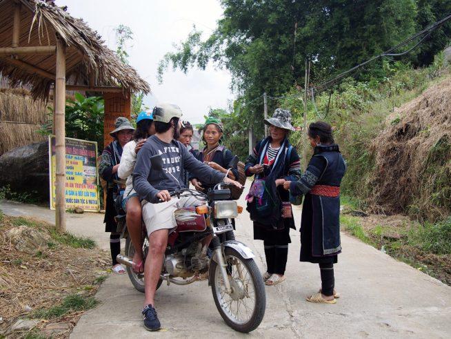 観光客に群がる村人
