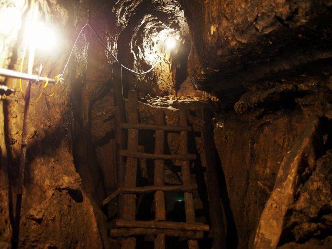 ライトアップされた洞窟を進む