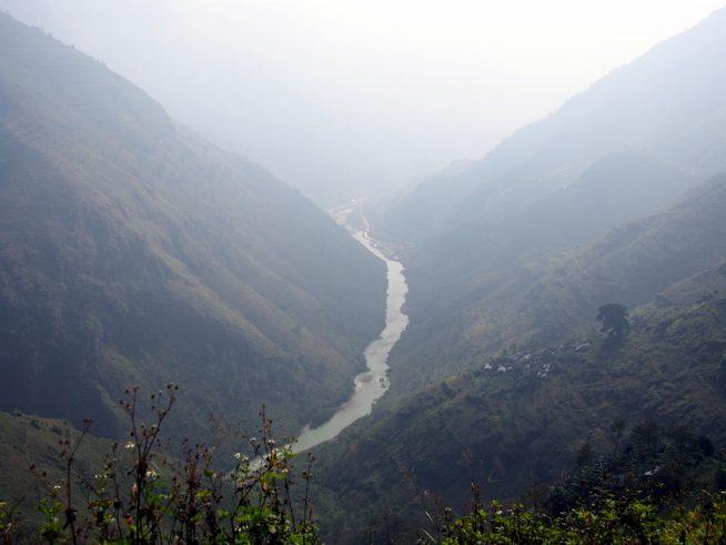 峠から川を見下ろす