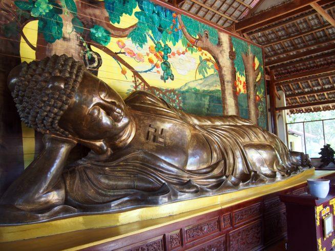 ベトナム最大という銅製の涅槃仏