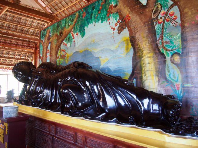 こちらは木製の涅槃仏